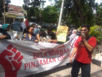 Teror dan Kejahatan Perusahaan Rentenir Online Tak Kunjung Surut, Minta Rentenir Online Ditindaktegas, Warga Kembali Gelar Aksi di Depan Pengadilan.