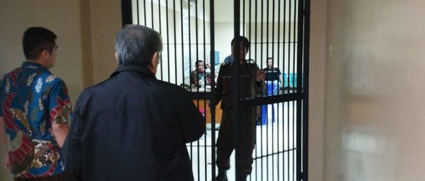 Kondisi Kesehatan Stabil, Terpidana Korupsi Dana Pensiun Pertamina Konglomerat Edward Soeryadjaya Digelandang Kembali Ke Sel Tahanan Kejaksaan Agung.