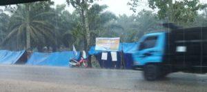 Masih Terkatung-katung di Tenda, Dilanda Angin Kencang dan Hujan Deras, Buruh Korban Pengusiran Paksa PTPN V Sei Rokan Mohon Berteduh di Rumah Penduduk.