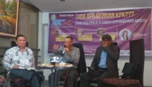Diskusi Hukum yang digelar Journalist Of Law Jakarta (JLJ), di Boplo Room Meeting, Lantai 2, Restauran Gado-Gado Boplo, Jalan Panglima Polim IX, Kebayoran Baru, Jakarta Selatan, Rabu (25/09/2019). Diskusi Hukum bertema Ada Apa Dengan KPK? Evaluasi Publik Di Bawah Kepemimpinan Agus Cs itu, menghadirkan Prof Romli Atmasasmita sebagai narasumber. Juga ada Pakar Komunikasi Politik Universitas Pelita Harapan (UPH) Dr Emrus Sihombing dan Mantan Komisioner KPKPN, yang juga Advokat Peradi, Petrus Selestinus.