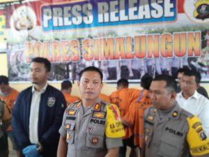 Kapolres Simalungun AKBP Heribertus Ompusunggu saat menggelar konperensi pers.