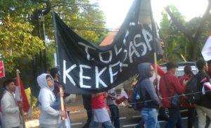 Komite Mahasiswa Nusantara untuk Demokrasi (KMND), saat menggelar aksi unjuk rasa, pada Senin (30 September 2019). Aksi yang diikuti sekitar 500 orang mahasiswa itu berlangsung dengan long march. Dimulai dari Tugu Proklamasi menuju Bundaran Hotel Indonesia (Bundaran HI), Jakarta Pusat. Kemudian kembali lagi ke kawasan Tugu Proklamasi. Aksi berlangsung Pukul 15.00 WIB hingga Pukul 18.00 WIB.