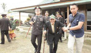 Kapolres Simalungun, AKBP Heribertus Ompusunggu bersama Veteran.