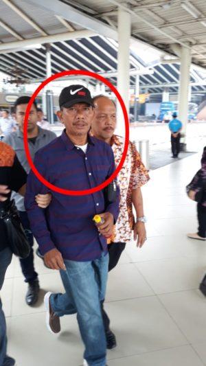 Tim Intelijen Kejaksaan Agung bersama Tim Intelijen Kejaksaan Tinggi Lampung berhasil meringkus seorang pelaku penipuan asal Lampung bernama Drs Rukis Pribadi, M.Si di Bandara Soekarno-Hatta, Tangerang, Banten, pada Selasa (12/11/2019).