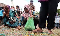 Salah Satu Potret Orang Miskin di Indonesia: Pejabat Odong-Odong Digaji Gede, Praktik Oligarki Kian Keblinger, Hati-Hati, Masyarakat Bisa Ngamuk.