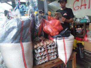 Opik alias Babeh, salah seorang pedagang kelontong di Kawasan Salemba Raya, Jakarta Pusat: Jelang Natal dan Tahun Baru, Kenaikan Harga Bahan Pokok Mulai Terasa, Warga Was-Was.