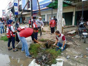 Cegah Meluasnya Serangan Demam Berdarah, Komunitas Pijay Gleh Gelar Aksi Bersih-Bersih Lingkungan seperti rumput liar, membersihkan genangan air, saluran air atau got yang tersumbat, membersihkan sampah yang diduga sebagai tempat bersarangnya nyamuk penyebab DBD, di Kecamatan Bandar Dua, Pidie Jaya, Aceh. Serta menguburkan sampah di Keude Ulee Gle, Minggu (01/12/2019).