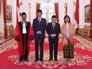 Presiden Joko Widodo (Jokowi) menyaksikan pengucapan sumpah jabatan oleh Daniel Yusmic Pancastaki Foekh dan Suhartoyo sebagai Hakim Konstitusi untuk periode 2020 hingga 2025. Pengucapan sumpah dua hakim konstitusi tersebut dilakukan di hadapan Presiden di Istana Negara, Jakarta, Selasa (07/01/2020).