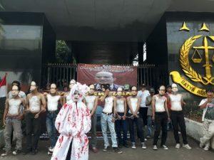 Menuntut kasus Penyidik KPK Novel Baswedan ditindaklanjuti. Aksi unjuk rasa atas nama Corong Rakyat di depan Kejaksaan Agung, Jumat (17/01/2020).
