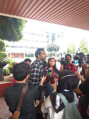 Pertanyakan Pengelolaan dan Pemulihan Aset Kejaksaan Agung, Koordinator Lokataru Kantor Hukum dan Hak Asasi Manusia (HAM) Haris Azhar mendatangi Kejaksaan Agung, Jakarta Selatan, Senin (27/01/2020).