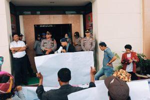 uluhan aktivis dari Aliansi Mahasiswa dan Masyarakat Adat (AMMA) menggelar aksi protes dengan berunjuk rasa di depan Pengadilan Negeri Simalungun, di Jalan Asahan, Pematangsiantar, Sumatera Utara, Selasa (28/01/2020).
