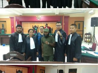 Jangan Paksakan Peradilan Sesat, Bebaskan Tujuh Tahanan Politik Papua. Foto: Tim Kuasa Hukum dari Koalisi Penegakan Hukum dan Hak Asasi Manusia Untuk Papua mendampingi Tujuh Tapol Papua. Ketujuh Tapol Papua itu yakni Buchtar Tabuni, Agus Kosai, Steven Itlay, Ferry Kombo, Alexander Gobai, Hengky Hilapok dan Irwanus Uropmabin. Ada sebanyak 11 orang pengacara atau advokat yang tergabung dalam Koalisi Penegakan Hukum dan HAM untuk Papua melakukan pembelaan terhadap 7 tapol Papua itu. Para Kuasa Hukum itu yakni Emauel Gobay, Yohanes Mambrasar, Yuliana Yabansabra, Wehelmina Morin, Latifah Anum Siregar, Gustaf R Kawer, Dodo Dwi Prabi, Fathul Huda Wiyashadi, Bernard Marbun dan Ni Nyoman Suratminingsih. (Ist).