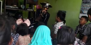Antisipasi Penyebaran Virus Corona, Pendongeng Nasional Blusukan ke Kampung-Kampung. Foto: Pada Minggu (09/03/2020) lalu, Pendogeng Nasional Harris dan Ayis blusukan ke perkampungan padat penduduk di Nginden, Gang 6G, Jangkungan, Sukolilo, Surabaya. (Istimewa).
