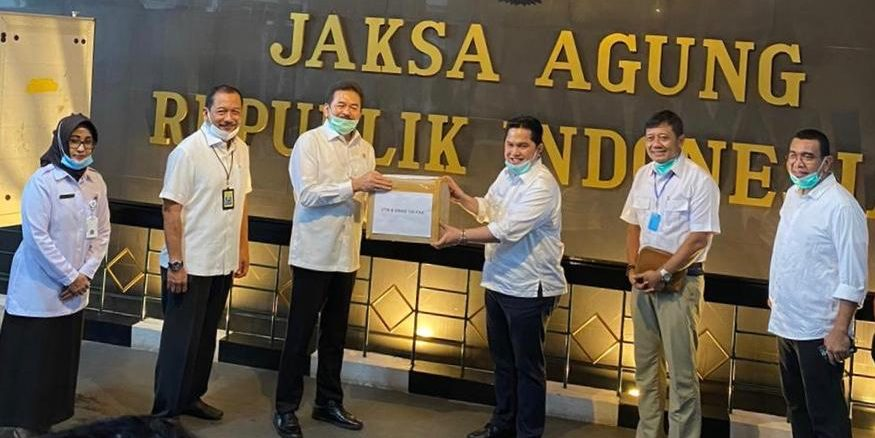 Menteri BUMN Ercik Thohir Sumbang APD Covid-19 Ke Rumah Sakit Adhyaksa. Sumbangan diterima langsung oleh Jaksa Agung Republik Indonesia ST Burhanuddin, yang selanjutnya diserahkan ke Direktur Utama Rumah Sakit Umum (RSU) Adhyaksa Jakarta, dr Dyah Eko Judihartanti, MARS, di Jakarta, Senin (30/03/2020). (Istimewa).