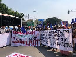 Koalisi Selamatkan Teluk Jakarta: Perpresnya Jokowi Legalkan Perampasan Dan Pengrusakan Ekosistem Pesisir Teluk Jakarta. Foto-Aksi Masyarakat Pesisir Teluk Jakarta Menolak Reklamasi. (Net)