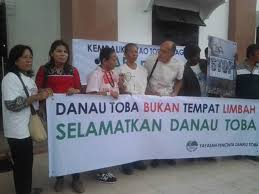 Foto: Aktivis Lingkungan dari Yayasan Pencinta Danau Toba (YPDT) sedang kampanye Selamatkan Danau Toba. (Net)
