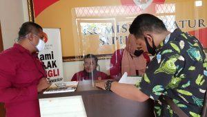 Terlibat Politik Praktis Pilkada Serentak, Generasi Pemerhati Laporkan Kepala Dinas Labuhanbatu Ke Komisi Aparatur Sipil Negara (KASN) di Jakarta. – Foto: Koordinator Generasi Pemerhati Labuhanbatu (GPL) Fadli melaporkan Aparatur Sipil Negara (KASN) ke Jalan Letjen MT Haryono, Jakarta Selatan, pada Rabu 8 Juli 2020. (Istimewa)