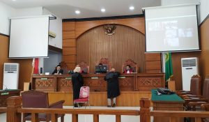 Dor..Dor, Polisi Tembak Pengunjukrasa Hingga Tewas, Sidang Perdana Kasus Penembakan Mahasiswa Universitas Halu Oleo Kendari Digelar Di Pengadilan Negeri Jakarta Selatan. – Foto: Sidang Perdana Kasus Penembakan Pengunjukrasa Menolak Rancangan Undang-Undang Kontroversial (RUU Kontroversi) di Kota Kendari, Sulawesi Tenggara (Sultra) pada Kamis (26/09/2019) lalu, yang menyebabkan seorang mahasiswa Universitas Halu Oleo (UHO) Kendari bernama Rendi terbunuh. Sidang digelar di Pengadilan Negeri Jakarta Selatan (PN Jaksel), Kamis (06/08/2020). (Ist)