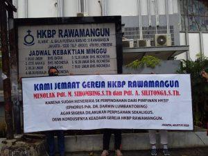 Gereja HKBP Rawamangun Kisruh Lagi, Pdt M Sihombing dan Pdt A Silitonga Ditolak Jemaat. – Foto: Aksi unjuk rasa jemaat HKBP Rawamangun menolak Pdt M Sihombing dan Pdt A Silitonga di HKBP Rawamangun, Jakarta Timur. (Ist)