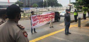 Hari Pertama Jakarta Berlakukan PSBB Diperketat, Ada Demo di Depan Kantor Kementerian Sosial. – Foto: Aksi unjuk rasa beberapa pemuda yang mengatasnamakan dirinya Komite Mahasiswa Hukum Jakarta di depan kantor Kementerian Sosial (Kemensos) di Jakarta Pusat, pada Senin siang (14/09/2020).(Ist)