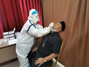 Ancaman Covid Belum Surut, Pengadilan Negeri Jakarta Pusat Gelar Rapid Test Massal. – Foto: Seluruh Hakim dan Pegawai Pengadilan Negeri Jakarta Pusat (PN Jakpus) mengikuti Rapid Test Massal untuk mencegah penyebaran Covid-19, Rabu (04/11/2020).(Ist)