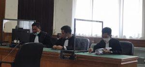 Bebaskan Aktivis Pejuang Demokrasi, Ikut Demo Menolak Omnibus Law, Sayuti Munthe Bukan Penjahat. - Foto: Sidang Pledooi atas Dugaan Pengerusakan Mobil Satlantas Polda Riau pada aksi demonstrasi penolakan Undang-Undang Omnibus Law tanggal 8 Oktober 2020 lalu, di depan Hotel Tjokro, di Pengadilan Negeri Pekanbaru (PN Pekanbaru), Selasa 23 Februari 2021.(Ist)