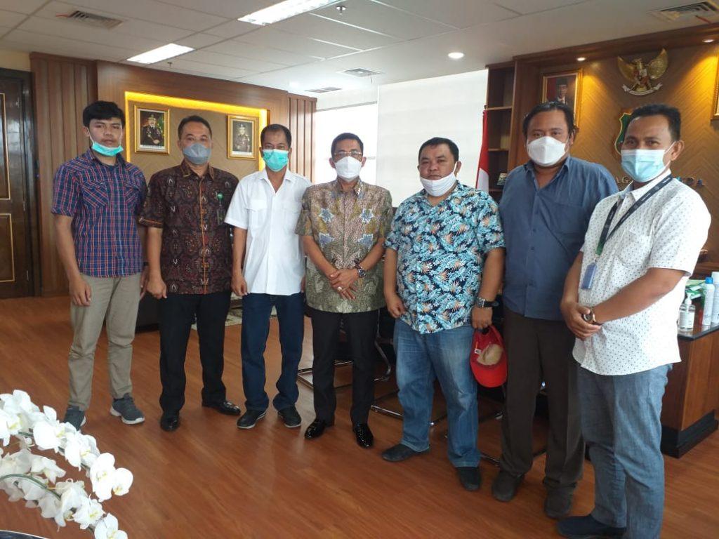 Temui Jaksa Agung Burhanuddin, AMSUB Serahkan Sejumlah Laporan Dugaan Korupsi Wilayah Sumut ke Jamintel di Kejaksaan Agung. - Foto: Ketua Umum Aliansi Masyarakat Sumatera Utara Bersih (AMSUB), Apribudi yang datang bersama Ustad Merah Putih Rudi, dengan didampingi Direktur Investigasi Aliansi Masyarakat Sumatera Utara Bersih (AMSUB) Penri Sitompul Jaksa Agung Muda Intelijen Kejaksaan Agung (Jamintel) Dr Sunarta dan staf, di Gedung Menara Kartika Adhyaksa, Komplek Kejaksaan Agung, Jakarta Selatan, Jumat (23/04/2021).(Net)