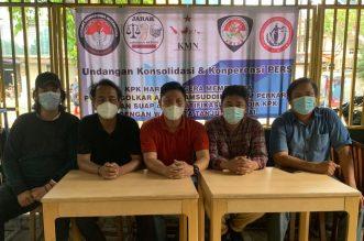 Konsolidasi dan Konperensi Pers sejumlah mahasiswa dan pemuda yang terdiri dari Aliansi Masyarakat Sumatera Utara Bersih (AMSUB), Jaringan Intelektual Hukum Nasional (JIHN), Komite Muda Nusantara (KMN), Jaringan Aktivis Indonesia (JARAK), dan Serikat Mahasiswa Nusantara (SEMAR), yang tergabung dalam Gerakan Tangkap Azis Syamsuddin, mendesak Ketua Umum Partai Golkar Airlangga Hartarto untuk segera memecat Azis Syamsuddin, di Warung Kopi Tempo Doloe, Jalan Salemba Tengah, Jakarta Pusat, pada Sabtu, 24 April 2021.(Ist)