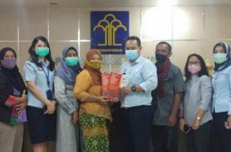 Tanyakan Perkembangan Perda Perlindungan Masyarakat Sumut, Koalisi Percepatan Sambangi Kantor Kanwil Kumham. - Foto: Sejumlah elemen masyarakat yang tergabung dalam Koalisi Percepatan Perda Pengakuan dan Perlindungan Masyarakat Adat Sumatera Utara menyambangi kantor Kanwil Hukum dan HAM Provinsi Sumatera Utara pada Selasa, 06 April 2021.(Net)