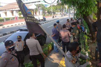 Aksi Damai Gerakan #JOKOWICLOSE Digeruduk Polisi, Aktivis Ajak Massifkan Mimbar Bebas di Kampus-Kampus. - Foto: Puluhan Polisi yang dipimpin Kapolsek Menteng, Kompol Yunarto menggeruduk Sekretariat Gerakan Pemuda Islam (GPI) di mana para Aktivis Gerakan #JOKOWICLOSE sedang mempersiapkan aksi damai long march ke Patung Kuda, Jakarta Pusat, pada Kamis siang (09/09/2021).(Ist)