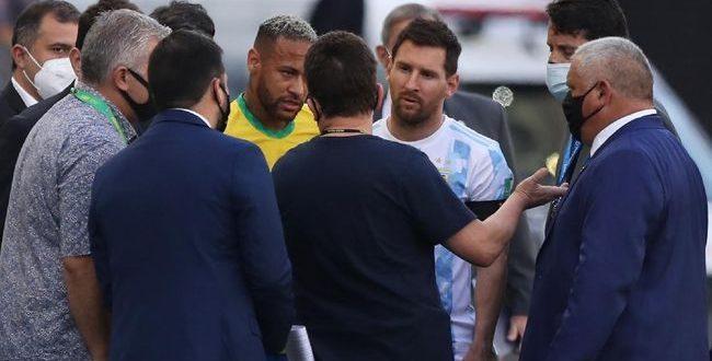 Kualifikasi Piala Dunia 2020, Brasil Vs Argentina, Baru Berlangsung 5 Menit Pertandingan Brasil Vs Argentina Dibubarkan, Katanya Ada Pemain Kena Covid-19. - Foto: Seorang petugas berbicara dengan Lionel Messi dan Neymar.(Reuters/Amanda Perobelli)
